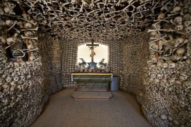 ΟΡΘΟΔΟΞΙΑ INFO Ι Η εκκλησία που αντί για εικόνες έχει... κόκαλα και κρανία