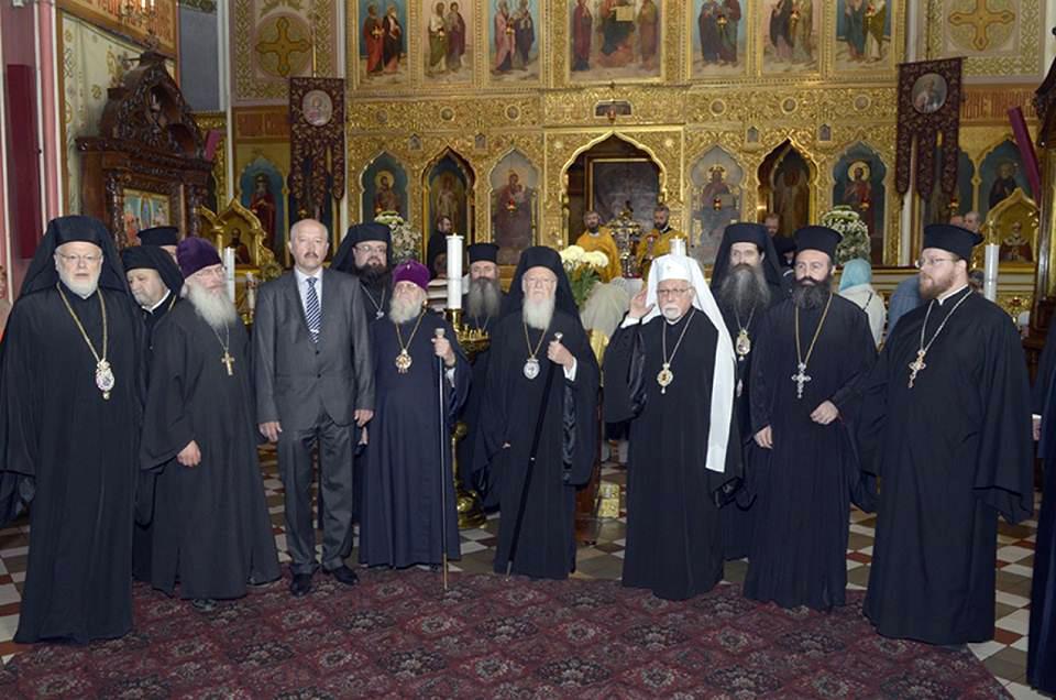 Στον Καθεδρικό Ναό του Τάλλιν,  ο προβαλλών Οικουμενικός Πατριάρχης, ο προτείνας Εσθονίας Στέφανος ο εκλεγείς Αρχιμανδρίτης Μακάριος και ο Μητροπολίτης της Ρωσικκής Εκκλησίας για το Τάλλιν Κορνήλιος