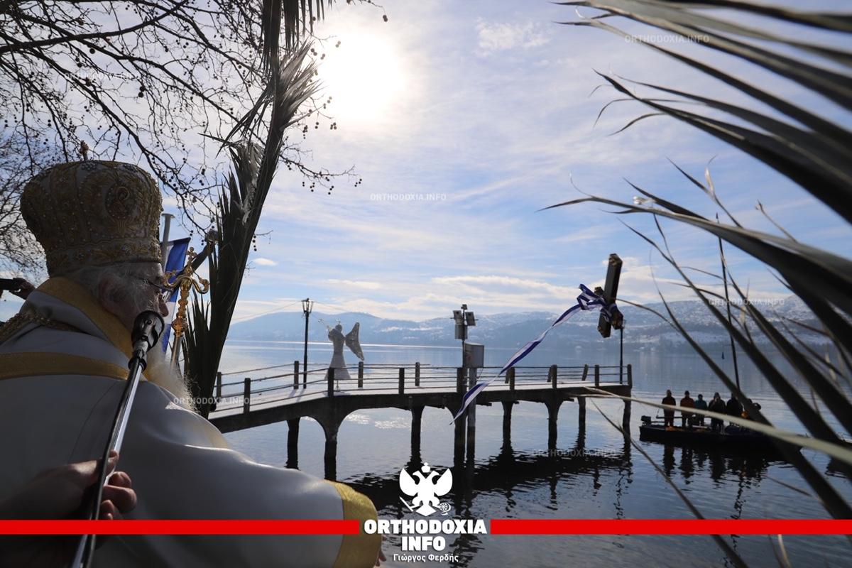 ΟΡΘΟΔΟΞΙΑ INFO | Καστοριά: Η ρίψη του Σταυρού στα παγωμένα νερά της λίμνης